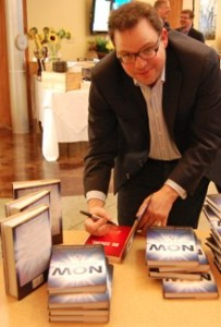 Jay Baer signing his John Hancock.jpg 203x300 Whew! A NOW Revolution Thank You